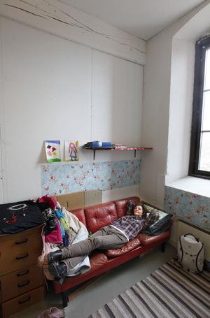 Tupplur i röd skinnsoffa. Stöt Britt-Inger Loman har allt man kan behöva i sin ateljé.