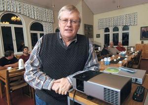 Jan Brinka som skötte filmprojektorn var liksom många av de som kom och tillade på filmerna själv en gång anställd på ÖSA.