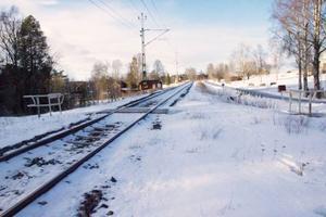 Oövervakade järnvägsövergångar, sådana som till exempel saknar bommar och ljud- och ljussignaler finns det en hel del av i Jämtland. Om de i stället vore bevakade skulle både restiden med tåg och säkerheten höjas avsevärt. Men åtgärderna kostar både pengar och kräver beslut från många håll.