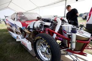 Mekanikern Jimmy Klaavuniemi kollar ventilerna efter varje runda.