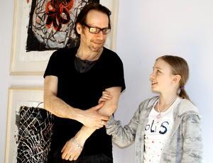 James Bates hängde upp tavlorna i konsthallen på torsdagen. Han fick hjälp av dottern Judith.