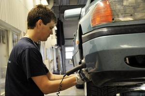 Erik Ivarsson från Hoting arbetar på Bilprovningen i Strömsund och trivs med jobbet. Hans chef kommer att göra allt för att han ska fortsätta trivas.Foto: Evy-Ann Mattsson