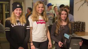 Hanna Hansson, i mitten, var en av Gefle Freestyles guldmedaljörer vid SM i puckelpist i Funäsdalen. Här flankeras hon av klubbkompisen och bronsmedaljören Tintin Jernberg (t.v) samt Sunnes Ida Martinsson .