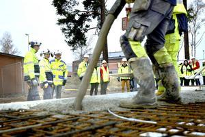 Åtta stycken betongbilar behövs det för att fylla plattan till nya lägenheterna.
