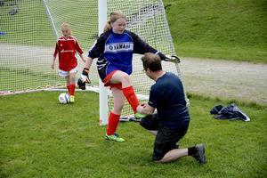 En tränare kan ha många olika arbetsuppgifter. Här får Jens Ljungberg knyta målvakten Ronja Lindbergs skor.