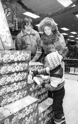 Egentligen är det ju inte bra att handla på en söndag. Det är synd om personalen, säger Helena Larsen som med sin man Ove väljer en docka åt dottern Camilla.