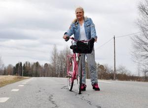 Lena Lasarev, Ulriksfors, har tröttnat på den dåliga vägen mellan Strömsund och Ulriksfors.