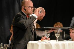 Finalist. Göran Stenberg, en av de tre finalisterna. Här gäller det att para ihop mat och dryck. Bakom skymtar juryn.