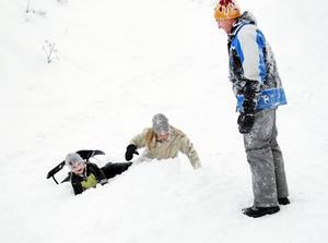 Isak Joelsson och Anna-Karin Rydén hamnade mitt i snökaoset efter en vådlig snowracertur tillsammans med Mattias Joelsson. Som sur var fanns det mycket mjuk lössnö att landa i.