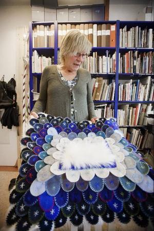 En så kallad klackkudde. Carina Eriksson har sytt den och i höst åker hon till Finland på mattsymposium där hon ska lära ut tekniken. Klackkuddar hade man på golvet förr i tiden.