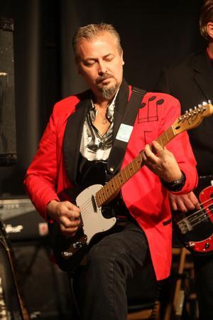 Lars Karlsson har fått hoppa in i bandet och spela gitarr.