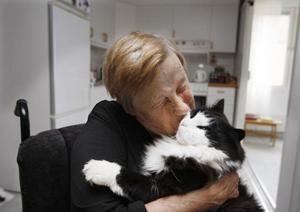 """""""Du är det bästa jag har"""", säger Ruth Jönsson och kramar om sin Lucas. Ruth delar lägenhet på servicehemmet i Ede med sin katt."""