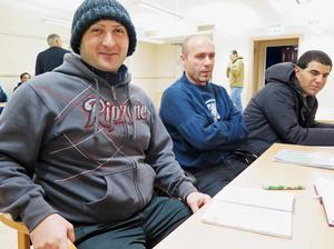 Paata från Georgien och Taha och Mohamad Alhameed från Syrien är nöjda över att få lära sig svenska medan de väntar på besked om uppehållstillstånd.