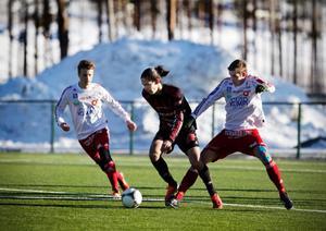 Jonathan Lundbäck i ett av sina få framträdanden i Östersunds FK. Motståndet är Degerfors och serien är den allsvenska U21-serien.