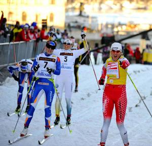 Petra Majdic skär mållinjen i Slottssprinten före Aino Kaisa Saarinen och Anna Olsson.