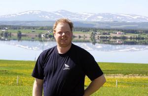 Från gården som Magnus Gustaphsson arrenderar i Häljesund är det en bedövande vacker utsikt över fjällvärlden.För två veckor sedan föddes 54 levande smågrisar i Häljesund. När grisarna är 6–7 månader väger de i genomsnitt 130 kilo.Foto: Matsåke Persson