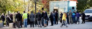 Många ville prova den nya toaletten på tisdagen. Då blev trycket för hårt.