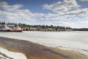Större delen av hamnen är fortfarande istäckt i Mellanfjärden, men med solens värme blir isen allt mjukare och lätt att forcera för båtar med stålskrov.