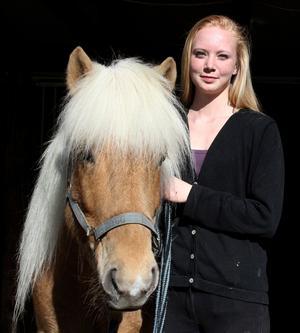 Evelina Jansson med sin islandshäst Bifrost från Heimdal.