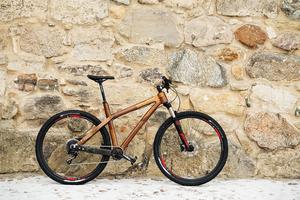 Mountainbiken har en ram i valnötsträ. Den har väckt stor uppmärksamhet där den står i skyltfönstret hos en cykelhandlare i Örebro. Bilder på cykeln har också fått stor spridning i sociala medier. Paul Allsop har redan påbörjat arbetet med cykel nummer två.