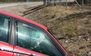 En bilist som försökte köra ifrån polisen körde av vägen vid korsningen Nybyvägen och riksväg 68.