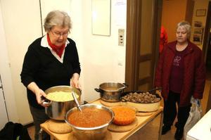 Röda Korsets bjuder regelbundet på lunchsamvaro för äldre och ensamma. Eldsjälen Barbro Elfström t.v och ordföranden Kerstin Nordin.