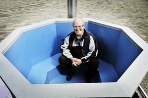 Golv-Nisse Jonsson presenterar sin tillverkning av kombinerade bad- och bastuvagnar. Den vedeldade tunnan är gjord av aluminium.