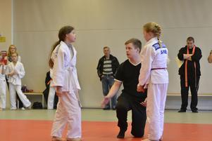 Rasmus Andersson förklararför två tjejer vad man får göra och inte i en match.