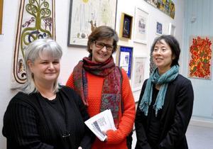 Hemslöjdskonsulenten Ingela Fredell och Eva Herdin från JLK har utgjort jury tillsammans med Christina Wistman från Jamtli (ej på bild). Maria Ahlström har producerat utställningen som visas till den 4 maj.