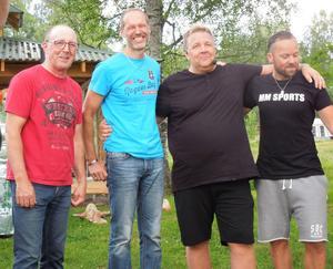 Peo Gruvelgård, tvåa från höger, sken som en sol när han tänkte på Guldklaven - han blev ju utsedd till årets musiker på galan i söndags - men gladdes också åt en fin present från fan cluben.