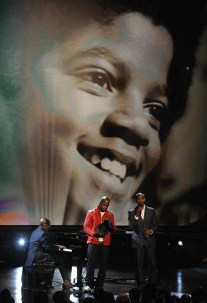 Hyllningstätt. Programledaren Jamie Foxx var en av många stjärnor som hyllade bortgångne Michael Jackson på amerikanska Bet Awards på söndagen.Foto: Chris Pizzello