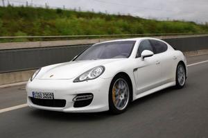 Som en gigantisk Skogaholmslimpa. Fast bakad i Tyskland. Men Porsche Panamera är faktiskt snyggare i verkligheten än på bild. Men vacker? Nej!  Foto: Rolf Gildenlöw
