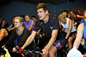 David Andersson tar till alternativ träning för att nå en EM-medalj i maj. Pulsen får han upp med en ny form av spinning på ett gym i Falun.