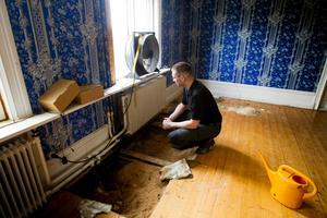 Lågorna hade brutit igenom golvet i salen på bottenvåningen.