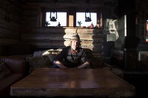 Andy White drogs till Buustamons lokalproducerade brännvin. I dag står han för drinkarna i baren.