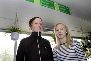 TVEKSAMMA. Niorna Emelie Pernestål och Caroline Jäderberg tror att de elever som inte platsar i elitklasserna skulle känna sig lite utanför. Men med idrott och musik fungerar profilklasser för då delar man samma intresse.