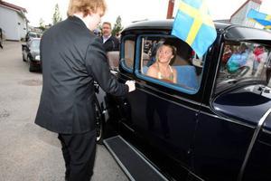 Välkommen ut min kära! Vad vore en bal i Sveg utan en flådig bil och ett vackert par.Foto: Håkan Degselius