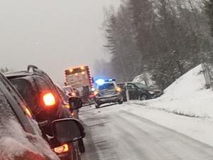 Polis fanns tidigt på plats för att bistå vid räddningsarbetet och hålla ordning på trafiken förbi olycksplatsen.