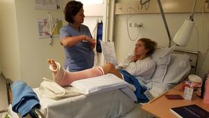 Erika Grahm i sjuksängen efter den otäcka fotfrakturen hon ådrog sig mot Djurgårdens IF den 31 januari i år.
