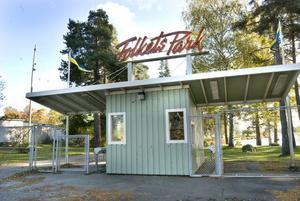 Sedan 1958 har folkparkens entré legat här, på den västra sidan av fotbollsplanen vid Långnäs.