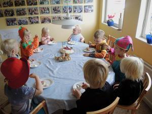 Stina Elsander, 3, Fanny Dahlborg, 1, Kajsa Dahlborg, 1 tar för sig av tårtan.