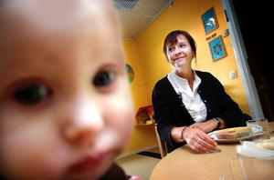 Trångbodda. 20 barn på väg att bli 21 är ingen bra lösning i längden anser, rektor Anna Britta Ollas här med ettåriga Ellen Martinsson.