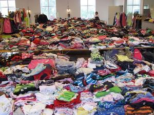 Så här såg det ut vid förra årets Återanvändardag när alla kläder var sorterade och kunderna ännu inte hunnit