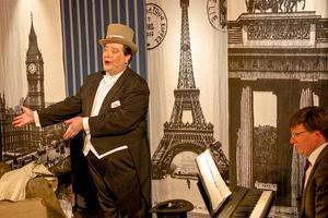 Estradören Mattias Enn tog med publiken på en fantastisk sång- och historieresa genom Europa ackompanjerad av Jan-Erik Sandvik på piano.