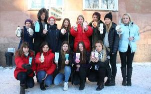 Niondeklassarna på Söderbaumska skolan letade igenom sina badrumsskåp och upptäckte att många av produkterna innehöll skadliga kemikalier. foto: erik jerdén