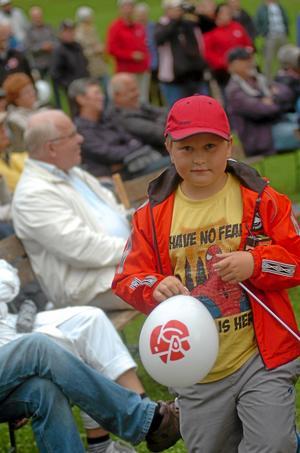 Gratis ballonger till barnen och kaffe till de äldre bjöd socialdemokraterna på vid sidan av ståupparen Lasse Eriksson när de firade den publika dlen av sitt 100-årsfirannde i Djupadalsparken på onsdagskvällen.