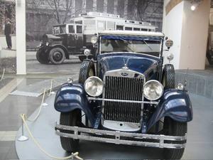 En Rolls Royce? Nej, en Skoda av 1932 års modell, då tjeckiska Skoda på allvar tog upp kampen med Rolls Royce om att tillverka den främsta prestigebilen.