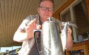 Detta är Jut Johans personliga perkolator. Knoppen är en av de första de tillverkade, och han justerar den något. Foto: Stefan Rämgård