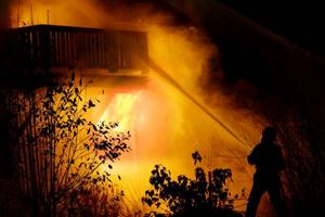 Räddningstjänsten konstaterade snabbt att huset var övertänt. Men brandorsaken är inte fastställd. Mikael Eriksson, räddningsledare Lit, berättar att de boende hörde en smäll på övervåningen sedan sprang de ut och larmade SOS.  Foto: Ulrika Andersson