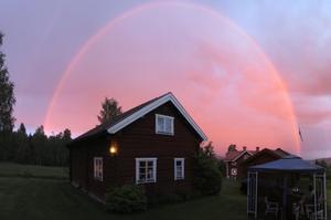 Efter en härlig midsommarafton med både regn och sol, lyser denna himmel upp huset på kvällen!